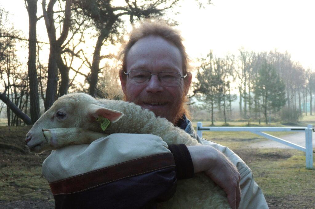 Axel van de Weijer met lam (foto Christien Mouw)